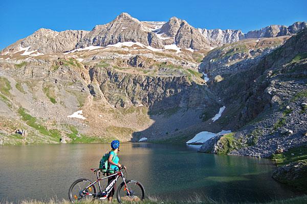 """Atrévete a descubrir cualquier rincón del Valle de Tena en BTT (sube a los ibones, recorre pistas en altura o simplemente disfruta de un paseo en familia)… Prueba los """"Gravity scooter"""" (novedad en el valle) o escoge tu descenso, y nosotros te llevaremos hasta allí… Con Bike Park Valle de Tena, ¡¡el límite lo pones tú!!"""